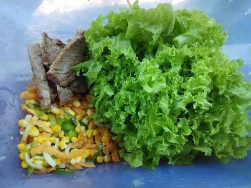 bahan salad. seger penampakannya, rasanya juga pasti seger jadinya.