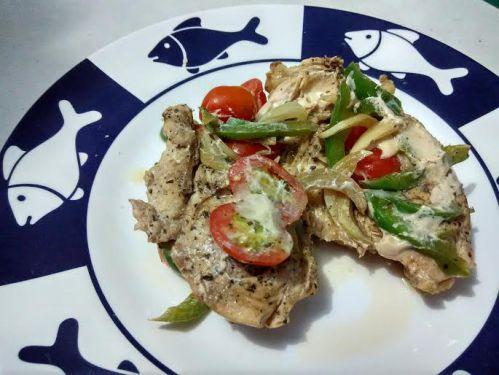 daging ayam kukus ini juicy, rasa paprika dan tomatnya masih seger looh :p
