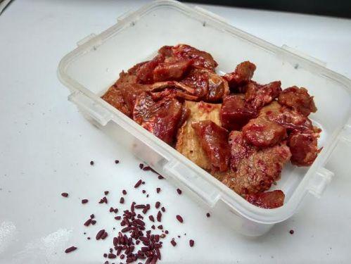pertama kali menggunakan ANGKAK, pewarna merah untuk makanan.