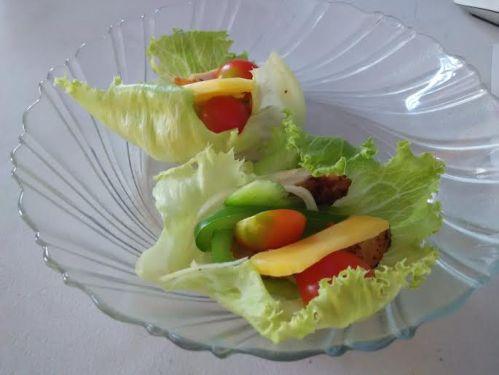 selembar lettuce isi sayur dan keju. kraus.