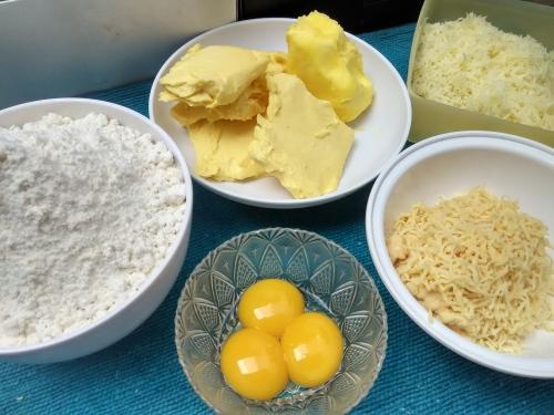 bahan-bahan, dari tepung kurang lebih Rp5000-an sampai keju tua yang harganya 10 x lipatnya hehe.