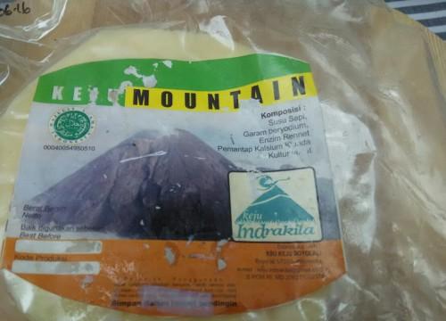 Keju Mountain adalah jenis keju tua. Pabrik Indrakila di Boyolali mengolah produk ini selama tiga bulan sebelum dikemas.